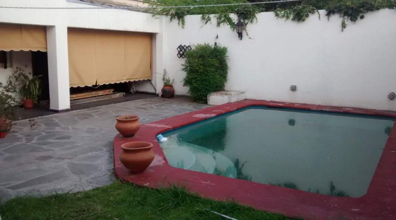 Importante Casa de 300 m2 cub. con Pileta. Zona Dino.